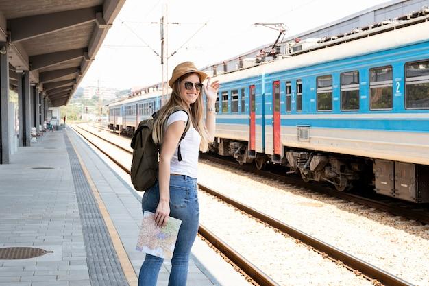 Feliz viajero en la estación de tren