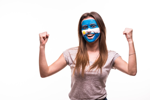Feliz victoria grito mujer ventilador apoyo equipo nacional de argentina con la cara pintada aislado sobre fondo blanco.
