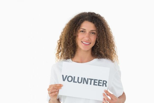 Feliz voluntario mostrando un cartel