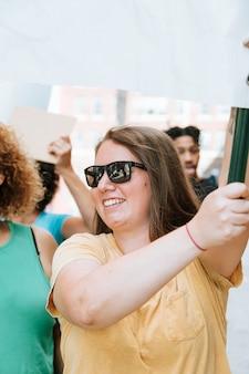 Feministas alegres celebrando los derechos de las mujeres.