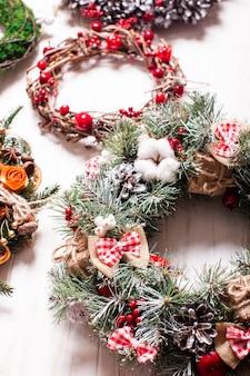 Feria de navidad, gran variedad de coronas aromáticas naturales