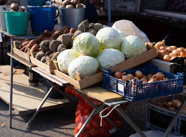 Feria con varias verduras y frutas a la venta