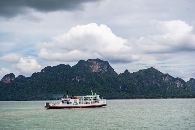 Ferries de mar. cruzando a koh samui. transportar