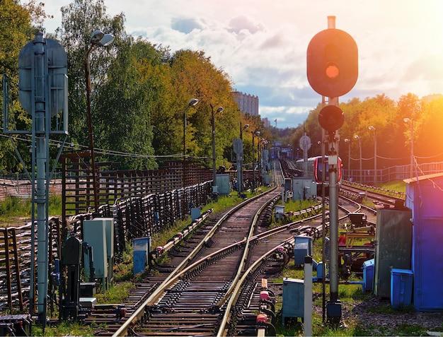 Ferrocarril espectacular con semáforo rojo y fondo de fuga de luz hd