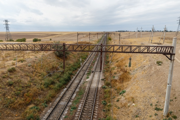 El ferrocarril en las estepas de kazajstán, vista de los rieles desde el puente