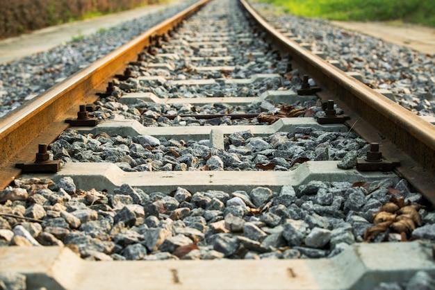 Ferrocarril con luz solar