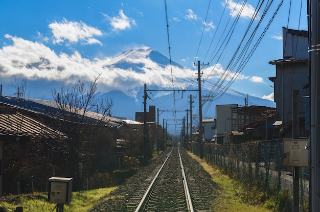 Ferrocarril a la montaña fuji en la ciudad de fujiyoshida