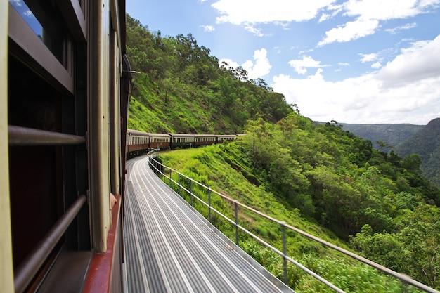 Ferrocarril en las montañas de kuranda, cairns, australia