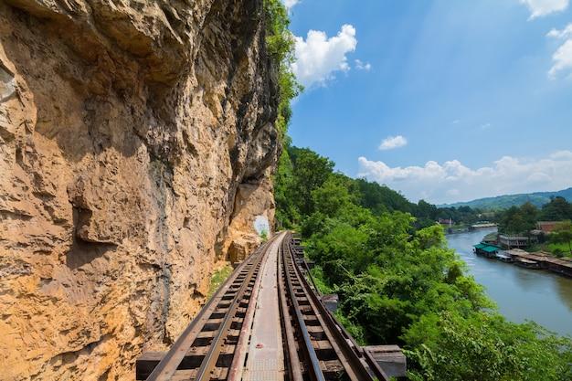 Ferrocarril de la muerte a lo largo del río kwai en kanchanaburi, tailandia