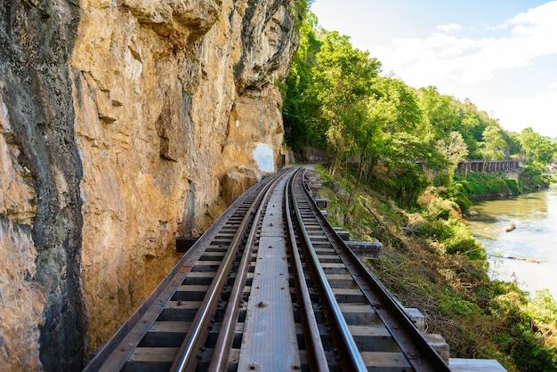 Ferrocarril de la muerte, sobre el río kwai noi en la cueva de krasae, construido durante la segunda guerra mundial, kanchanaburi thaila