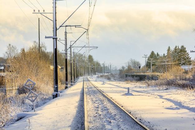 Ferrocarril ruso en invierno. ferrocarril de la nieve. rieles y traviesas.