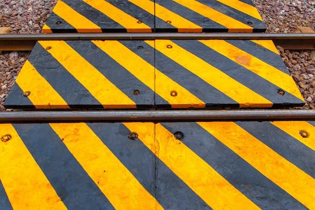 Ferrocarril y la señal de advertencia en tailandia