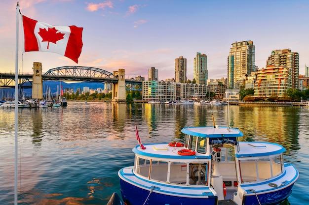 Ferry barco atracado a lo largo de vancouver, canadá