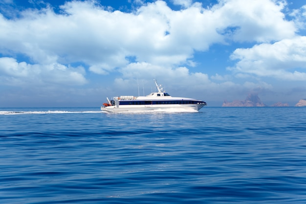 Ferry crucero ibiza a formentera con es vedra