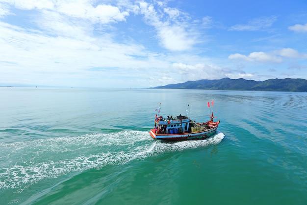 Ferry lleve vehículos a través de la bahía tailandesa a la isla de koh chang en un hermoso día de sol