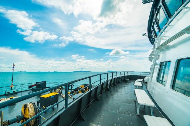 Ferry de seatran que transporta pasajeros desde el muelle de donsak surat