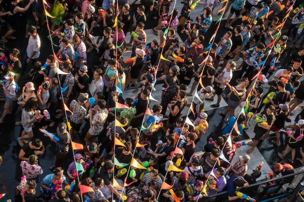 Festival de agua de songkran lleno de pelple en bangkok