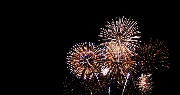 Festival de año nuevo fuegos artificiales en el cielo