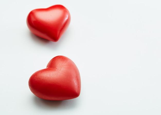 Festival de día de san valentín dos corazones rojos decorativos aislados sobre fondo blanco
