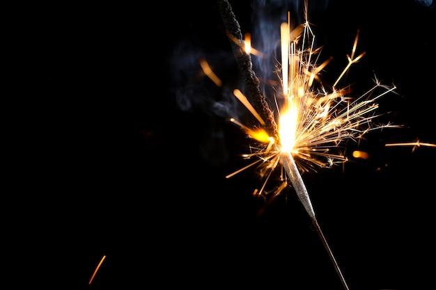 El festival de diwali de las bengalas ardientes. celebrando diwali en la india.