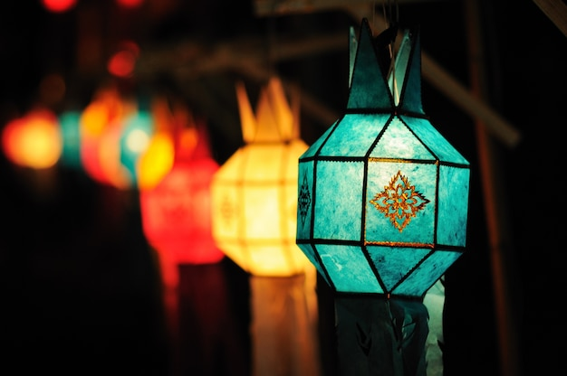 Festival de farolillos coloridos o festival de yee peng (año nuevo del norte de tailandia), chiang mai