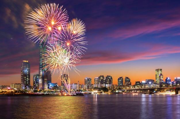 Festival de fuegos artificiales de seúl en la ciudad de noche en yeouido, corea del sur.