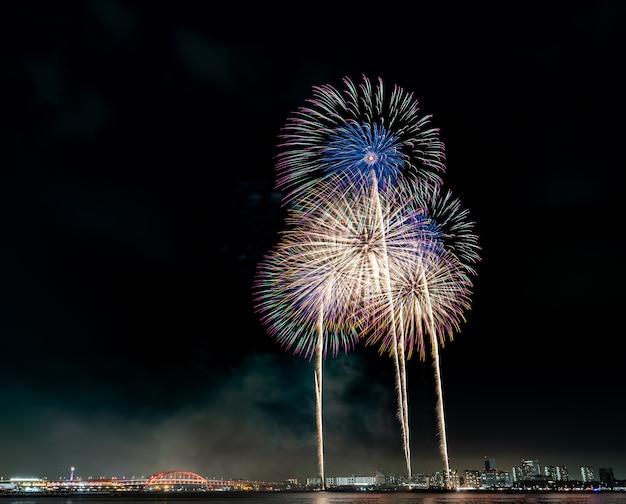 Festival de fuegos artificiales de verano japón