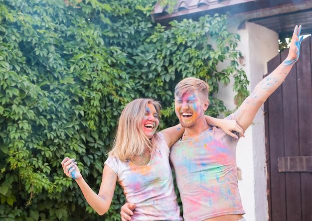 Festival de holi, amistad - jóvenes jugando con colores en el festival de holi.