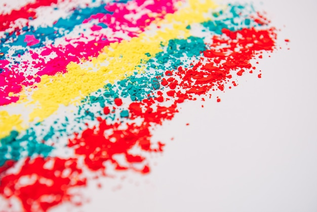 Festival holi indio del concepto de colores, polvo colorido sobre fondo blanco.