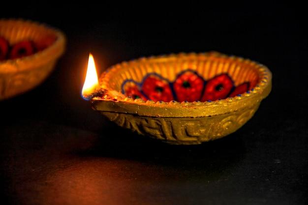 Festival indio diwali, lámpara diwali y rangoli flor