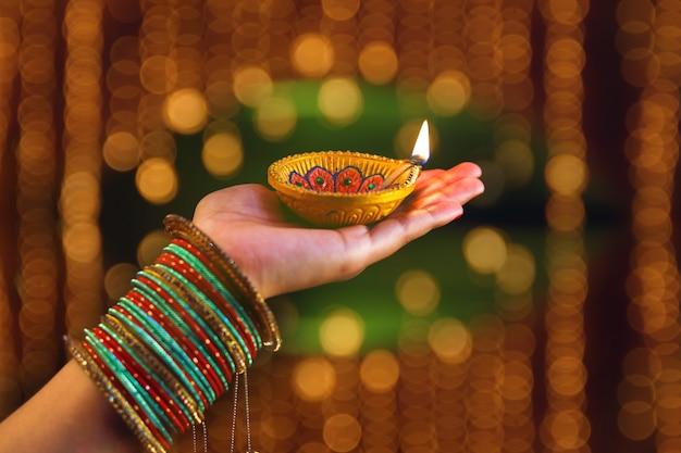 Festival indio diwali, lampara en mano