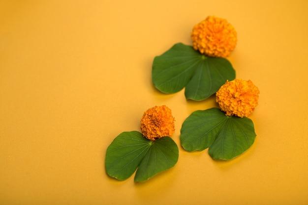 Festival indio dussehra, mostrando hojas de oro (bauhinia racemosa) y flores de caléndula