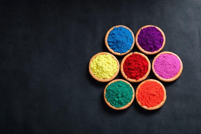 Festival indio holi, colores en un tazón, vista superior