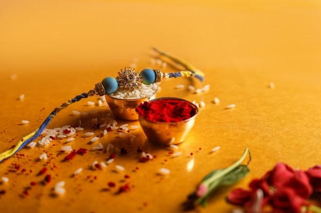 Festival indio raksha bandhan, rakhi con arroz