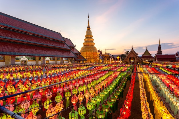Festival de lámparas de colores y linterna en loi krathong en wat phra that hariphunchai, provincia de lamphun, tailandia