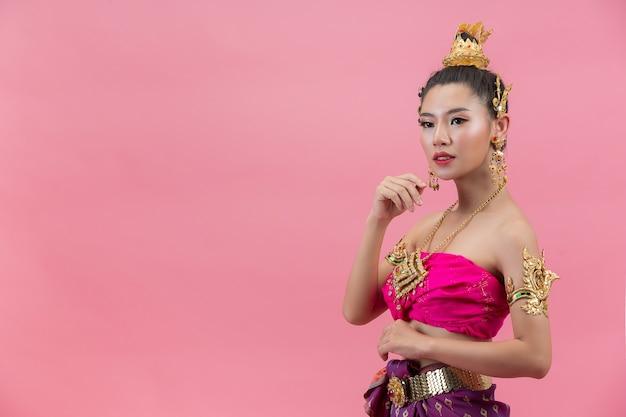 Festival de loy krathong. mujer en traje tradicional tailandés sosteniendo decorado boyante