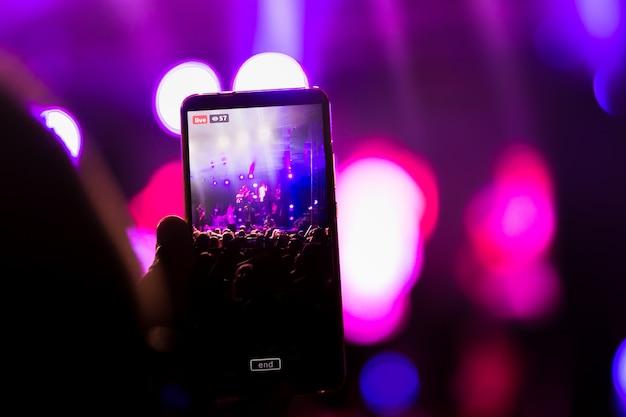 En un festival de música, crea video en vivo en un teléfono inteligente con ventilador