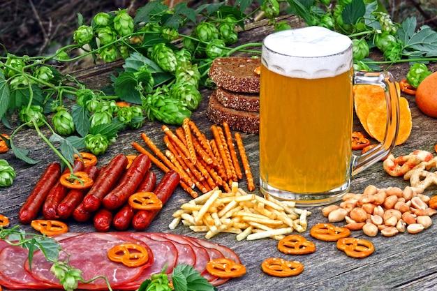 Festival de oktober. vaso de cerveza y aperitivos de cerveza.