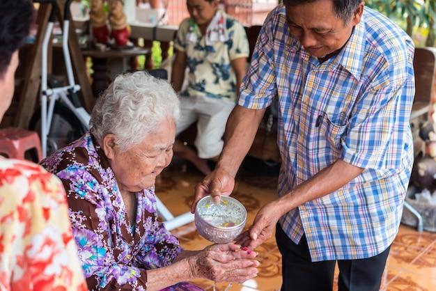 Festival songkran bañarse con los padres.