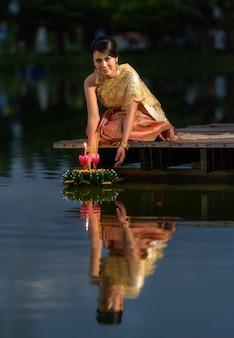Festival tradicional de loy krathong, mujer tailandesa mantenga kratong, tailandia
