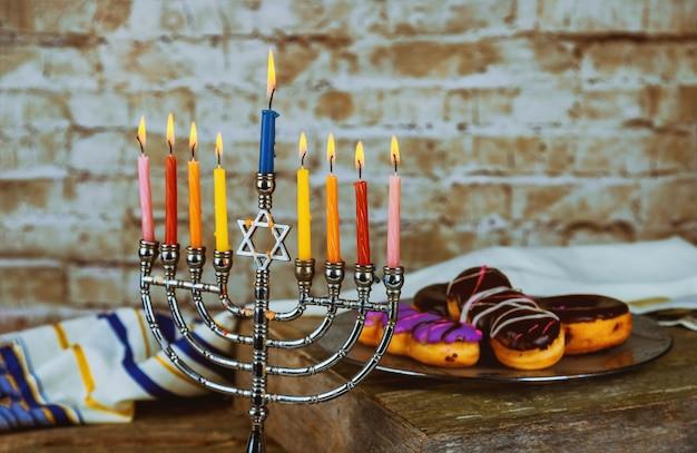 Festividad judía hannukah símbolos menorá