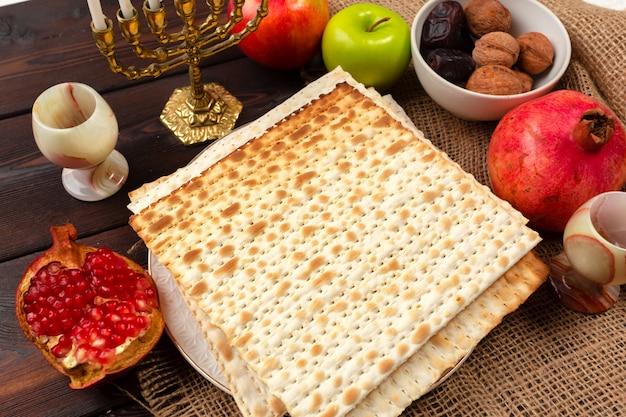 Festividad judía de mesa de pascua con vino, matzo sobre madera