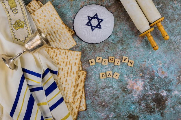 Festividad de pesaj ortodoxa judía copa de pascua para vino con matzá, kipá, tallis, torá
