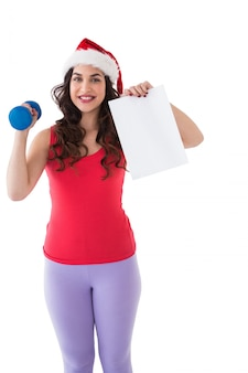Festivo en forma morena sosteniendo la página y la pesa de gimnasia
