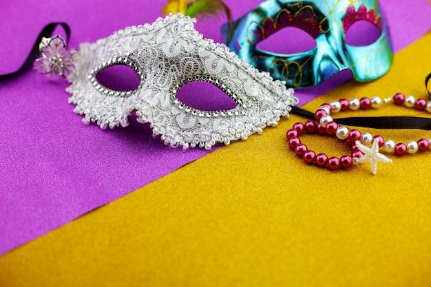 Un festivo, hermoso carnaval blanco o máscara de carnaval en hermoso papel dorado.