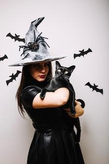 Festivo mujer con gato negro