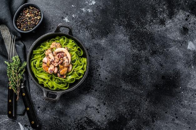 Fettuccine de espinacas verdes con queso y marisco