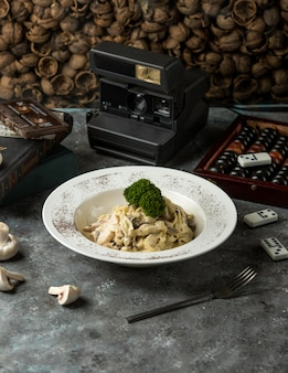 Fettuccine funghi sobre la mesa