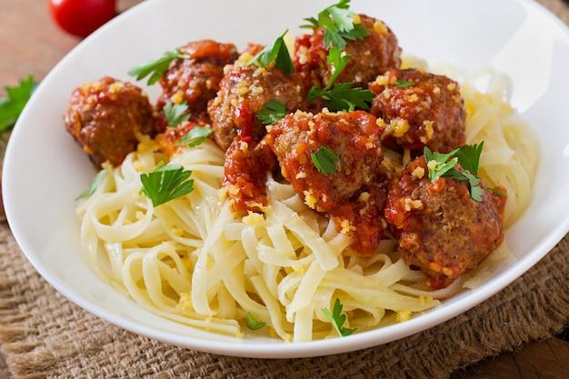 Fettuccine pasta con albóndigas en salsa de tomate