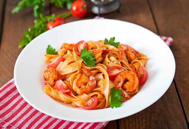 Fettuccine pasta con camarones, tomates y hierbas